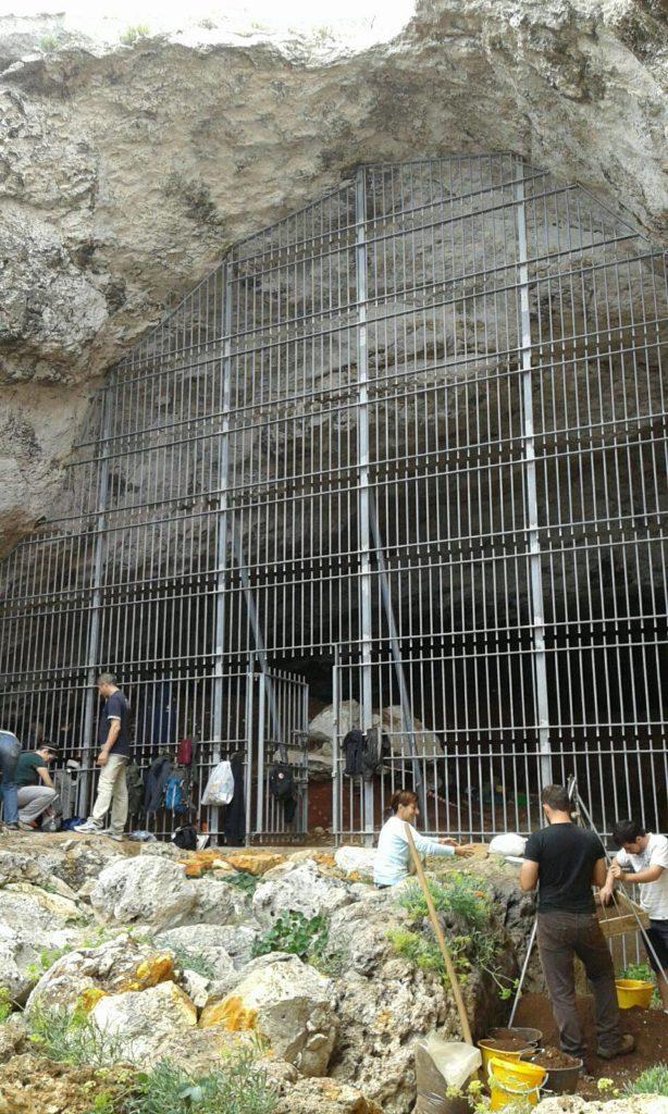 Grotta Romanelli, scavi in corso. Foto di Sonia Tucci