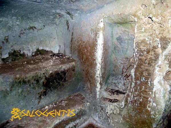 Alcune nicchie in una grotta della valle dell'Idro