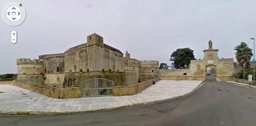 Il Castello di Acaya e la porta della città (Fonte: Google Street View)