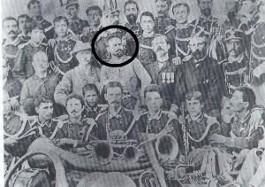 Il maestro Carlo Minoli (Al centro, nel cerchio)