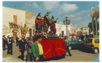 I Santi Martiri in processione (Fonte: www.poggiardo.com)
